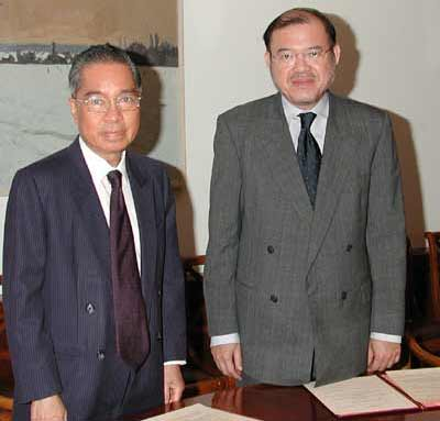 Dr. Supachai Panitchpakdi, WTO Director-General, and Ambassador Manaspas Xuto, Executive Director of the International Institute for Trade and Development